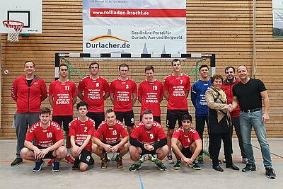 Übergabe der Trikots von Renate Achtmann an die männliche A-Jugend im Beisein von Jochen Wackershauser, Vorsitzender des Fördervereins Handball bei der Turnerschaft. Foto: pm