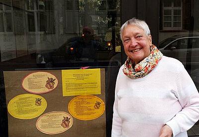 Gerda Schneider vor ihrer Galerie in der Zunftstraße. Foto: pm