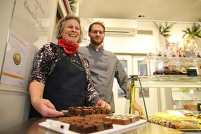 Probieren erwünscht: Roswitha und Andreas Kehrle begrüßten die Tour-Teilnehmer mit Pralinenspezialitäten in ihrem Café. Foto: cg