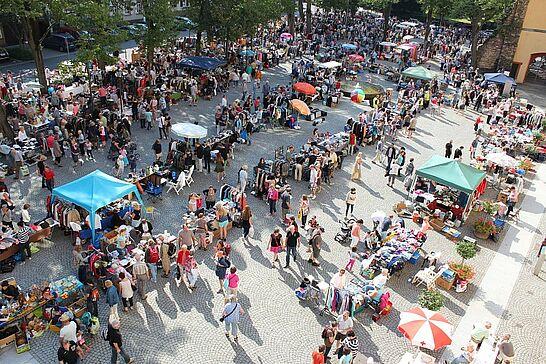 22 102. Kruschtlmarkt - Vor dem herrlichen Hintergrund der Durlacher Karlsburg findet einer der schönsten Flohmärkte in der Umgebung statt. (70 Fotos)