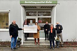 Keine Weihnachtspräsente, dafür eine Spende: 1.000 Euro durften Alexandra Ries und Roland Laue (beide rechts) vom Bestattungsinstitut Kiefer für Durlacher Selbst e.V. entgegennehmen. Foto: pm