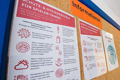Schutz- und Hygieneregeln für Spieler und Zuschauer während der Pandemie. Foto: cg