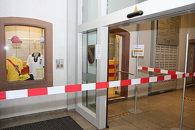 Hygiene-Maßnahmen im Rathaus Durlach – auch hier gilt die Masken-Pflicht. Foto: om