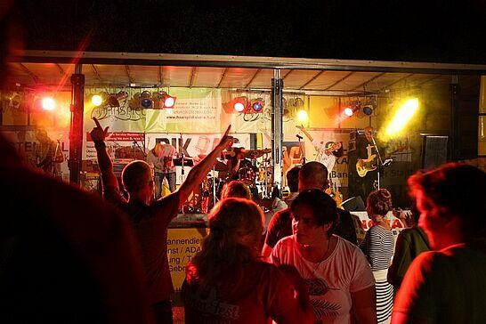 21 Hansa-Fest Aue mit Schubkarrenrennen - Die ARGE Aue lud zum 5. Hansa-Fest mit dem traditionellen Schubkarrenrennen ein. Durlacher.de war an beiden Tagen wieder mit der Kamera dabei. (83 Fotos)