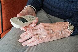 Wenn möglich, sollte man zu Seniorinnen und Senioren in der aktuellen Situation Abstand halten. Regelmäßige Telefonate können gegen die Einsamkeit helfen. Foto: Sabine van Erp / Pixabay
