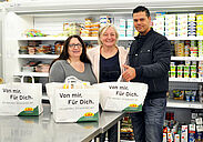 Vorsitzende Sara Gangi (l.) und Leiterin Lisa Gödek von der Durlacher Tafel freuten sich über die Spendentüten, die ihnen von Milos Maric, CAP-Markt-Leiter in Durlach, übergeben wurden. Foto: pm
