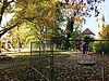 Ein Zaun trennt auf dem Alten Friedhof den Kita-Bereich vom öffentlichen Spielbereich ab. Foto: hw