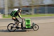 Kreative Lösungen in schwierigen Zeiten: Geschäfte können ihren Kunden per Radkurier die Einkäufe direkt nach Hause liefern lassen. Foto: Radkurier Karlsruhe