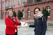 Erste Bürgermeisterin Gabriele Luczak-Schwarz (links) übergab die Spende der Stadt für die Sternsinger an die Jugendreferentin des Dekanats Karlsruhe, Mirjam Bosch. Foto: Stadt Karlsruhe