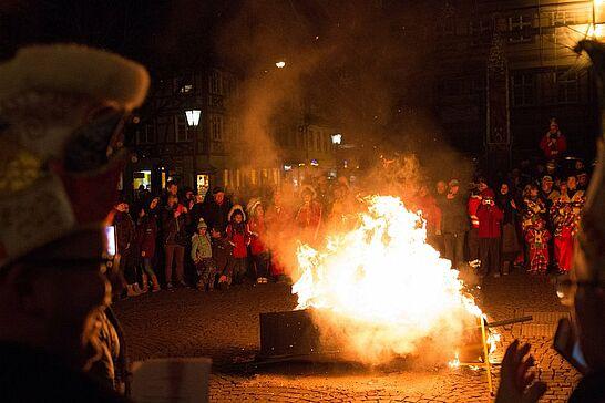 13 Fastnachtsbeerdigung - Am Abend des Faschingdienstags bricht auf dem Marktplatz mit der Fastnachtsbeerdigung das Ende der närrischen Zeit in Durlach herein. (46 Fotos/1 Video)
