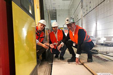 Nachmessen: Auch die Geschäftsführer Dr. Alexander Pischon (KVV, VBK, AVG, KASIG), Ascan Egerer (VBK, AVG) und Frank Nenninger (KASIG) – von rechts nach links – prüften, ob der Tunnel dem entspricht, was der Bahnbetrieb erfordert. Foto: KASIG