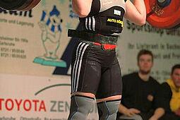 Sabine Kusterer beim Stoßen für den KSV Durlach. Foto: KSV/Archiv