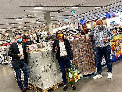 Maskierte aber freudige Gesichter bei der Spendenübergabe. Foto: pm