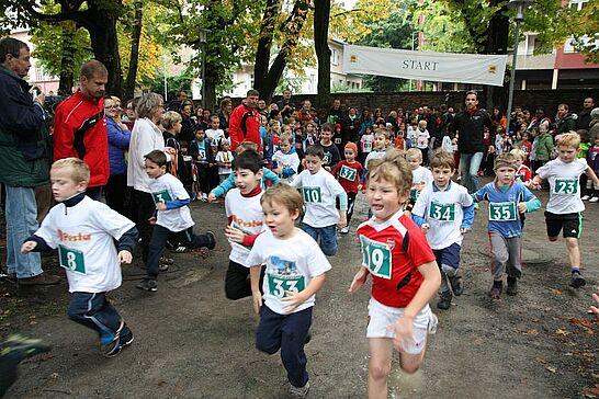 05 Turmberglauf: Kinderlauf - Etwa 200 Kinder in verschiedenen Altersklassen nahmen am Kinderlauf im Schlossgarten teil. (70 Fotos)