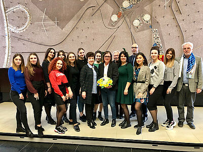 Ortsvorsteherin Alexandra Ries (Mitte) hieß die Gruppe willkommen. Foto: pm