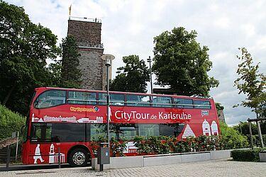 Der rote Doppeldecker-Bus auf dem Durlacher Turmberg. Foto: cg