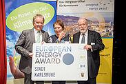 Erneute Auszeichnung: BM Bettina Lisbach nahm den European Energy Award aus den Händen von Landesumweltminister Franz Untersteller (links) entgegen. Foto: Ministerium für Umwelt, Klima und Energiewirtschaft BW