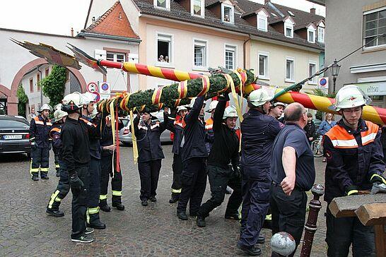 30 Maibaumstellen in Durlach - Der Maibaum wurde auf dem Saumarkt durch die Freiwillige Feuerwehr gestellt. Anschließend ging es zum Feiern ins Gerätehaus. (46 Fotos)