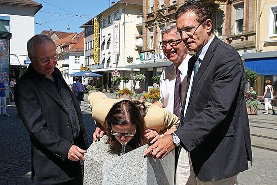 """01 Neuer Trinkwasserbrunnen vor der Karlsburg - Der von Herbert Volz gestaltete Brunnen wurde als """"Kunst im öffentlichen Raum"""" eingeweiht. (15 Fotos)"""