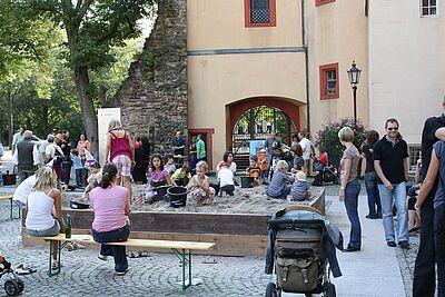 Legendäre Schatzsuche vor der Karlsburg. Foto: pm