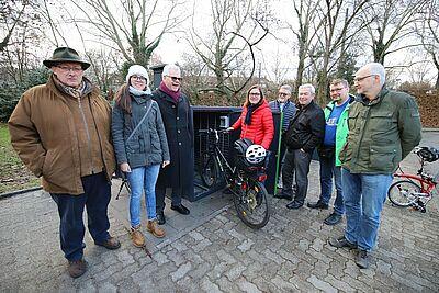 Iris Mangold (zweite v.l.) und Ortsvorsteherin Alexandra Ries präsentierten die neue Abstellmöglichkeit für Fahrräder am Durlacher Bahnhof. Fotos: cg